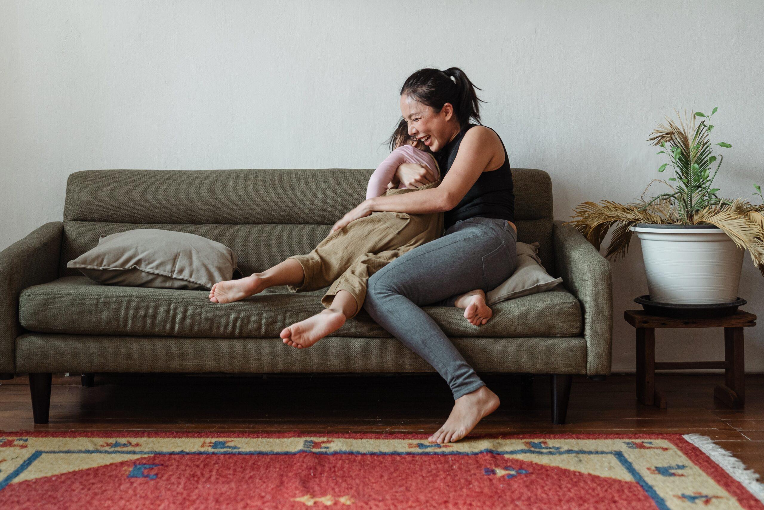 Das Bild Frau mit Kind steht dafür, dass wir auch mit Kindern als Mütter unsere Ziele verfolgen können.
